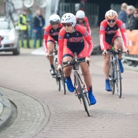 Ruth Winder leads Team USA into the first corner of the team time trial