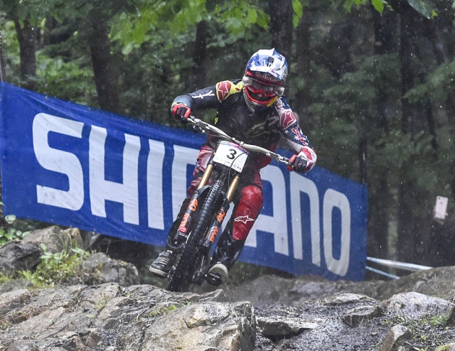 Aaron Gwin flies down the rainy course in Mont-Saint-Anne